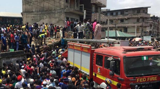 Los equipos de salvamento intentan sacar a los niños de entre los escombros
