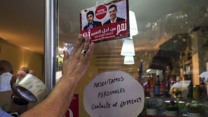 Un cartel con el lema de campaña del PSOE escrito en árabe.