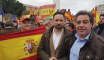 osé María Llanos, com Santiago Abascal, en la manifestación de la plaza de Colón de Madrid en febrero. (Vox)