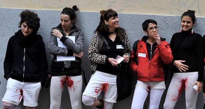 Feministas protestan manchando sus pantalones con sangre menstrual