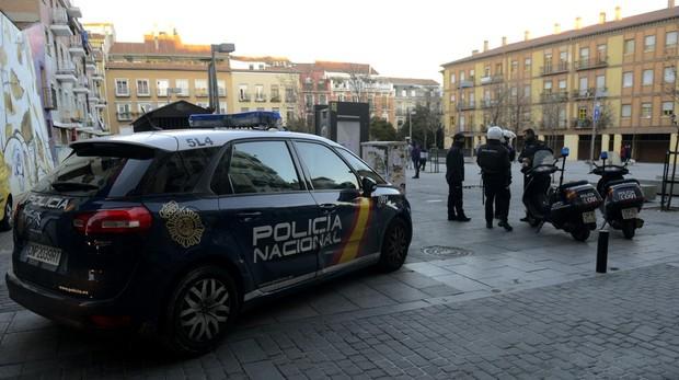 Agentes de la Policía Nacional vigilan la plaza de Nelson Mandela