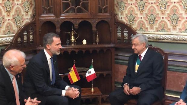 Felipe VI junto con el presidente mexicano Andrés Manuel López Obrador (dcha)