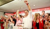 Esta imagen triunfal de Pedro Sánchez podría repetirse la noche del 28 de abril.