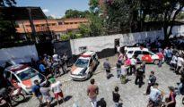 Miembros de la policía monta guardia en el colegio tras el tiroteo.
