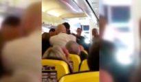 Momento de la brutal pelea en el vuelo de Ryanair del sábado entre Glasgow a las Islas Canarias / Twitter