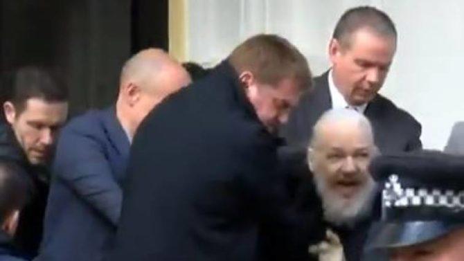 Así ha sido sacado Julian Assange de la embajada de Ecuador por la policía británica.