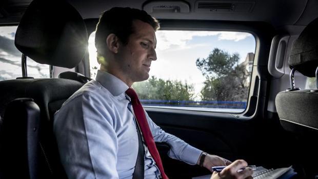 Pablo Casado, en su coche, antes de comenzar la entrevista (ABC)
