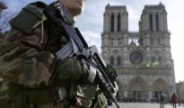 Un policía vigila la catedral de Notre Dame.
