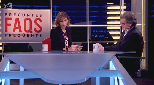 Cristina Puig con Artur Mas, en 'Preguntes Freqüents'. (TV3)