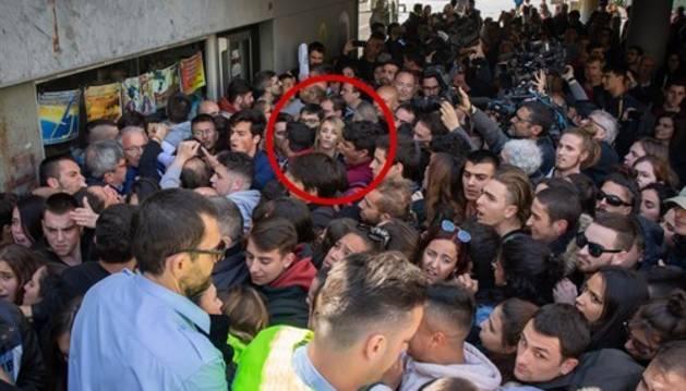 Cayetana Álvarez de Toledo, cercada por radicales en la Autónoma de Barcelona