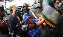 Enfrentamiento entre la policía china y las mujeres uigures durante una protesta en Urumqi, la capital de Sinkiang el 7 de julio de 2009.