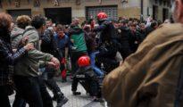 Matones proetarras intentan llegar hasta el lugar del mitin de Ciudadanos en Rentería para agredir a los asistentes.