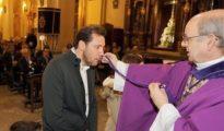 El alcalde de Valladolid, Óscar Puente, recibiendo la medalla de la Cofradía del Descendimiento