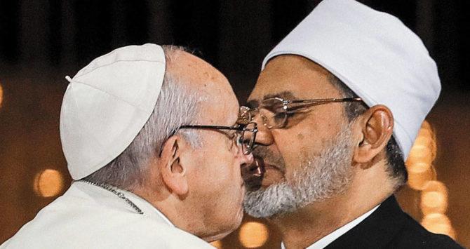 Francisco se besa con el gran líder del islam suní, Ahmed el-Tayeb.