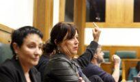 Parlamentarios de EH Bildu haciendo el gesto de la 'peineta'.
