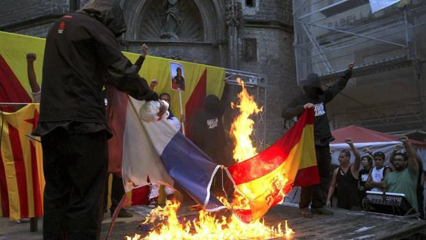 Quema de las banderas española y francesa durante una movilización convocada por la ANC en Cataluña