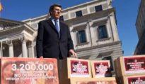 Juan Carlos Quer posa con las 3,2 millones de firmas presentadas en el Congreso