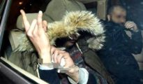 El asesino confeso Said Mechaout hace el gesto del cuerno a los fotógrafos tras ser detenido - Twitter