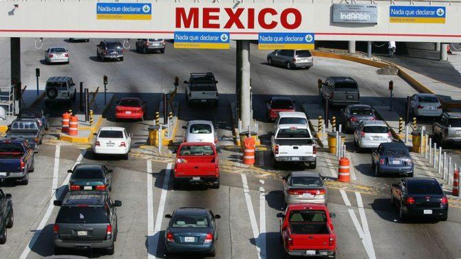 Vehículos en la frontera entre México y EEUU
