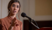 El Gobierno iraquí y la ONU empezaron hace poco a exhumar una fosa común en Sinyar, en presencia de la premio Nobel de la Paz Nadia Murad, cuyos parientes asesinados están, según se cree, enterrados en esa zona. En la imagen: Nadia Murad en el National Press Club el 8 de octubre de 2018 en Washington.