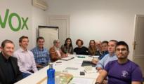 Conhi Farto, sexta por la izquierda, durante una reunión de la dirección de Vox en Chamberí (Chamberí Digital)