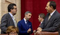 El consejero de Hacienda dialoga con los diputados de Vox durante el pleno que se celebra en el Parlamento andaluz