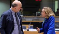 El comisario europeo de Economía Pierre Moscovici (izq), conversa con la ministra de Economía, Nadia Calviño
