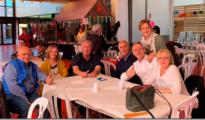 Anglada, rodeado de militantes y simpatizantes de su partido en la feria andaluza organizada po SOMI en Vic.