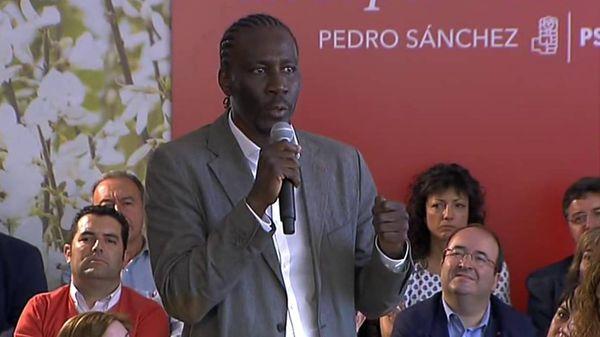 Luc André Diouf, interviene en un acto del PSOE. Detrás, embelesado, Miquel Iceta (Crónicas de Lanzarote)