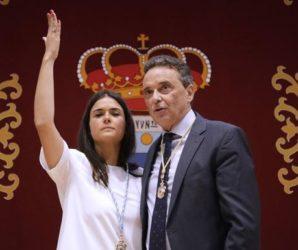 Lucía Cuín y el alcalde socialista de Torremolinos, José Ortiz, en el pleno de investidura (Sur)