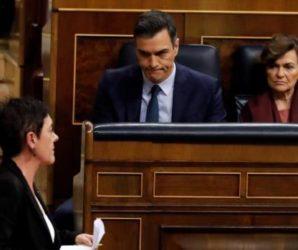 La portavoz de Bildu en el Congreso, Mertxe Aizpurua, pasa frente a Pedro Sánchez y Carmen Calvo durante su sesión de investidura